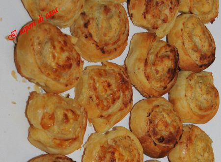Spirali di pasta brise salate ai formaggi e salumi