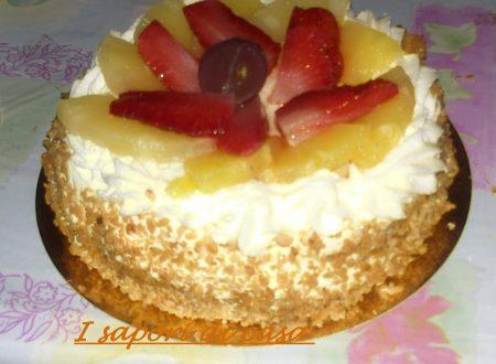 Torta di compleanno alla frutta fresca e crema chantilly