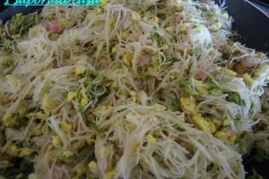 Spaghetti di riso con verdure saltati misti