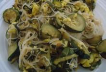 Spaghetti di riso con zucchine trifolate e frittatine