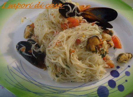 Spaghetti di riso con frutti di mare