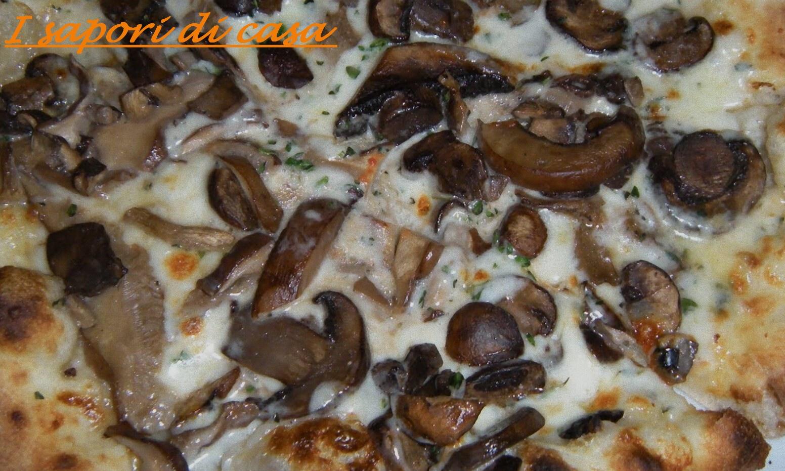 Pizza bianca con taleggio e funghi trifolati