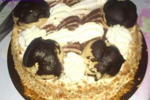 Torta con crema chantilly e bignè al cioccolato