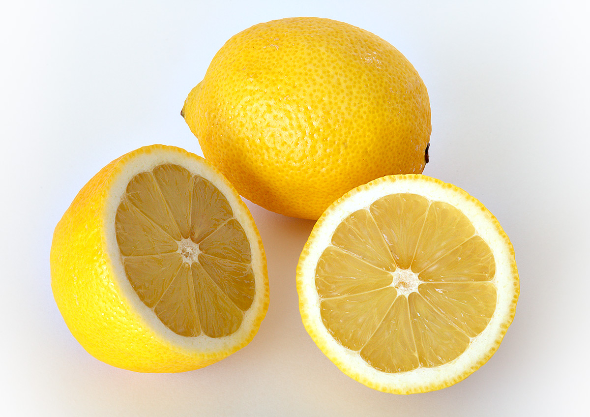 Sgonfiare l'addome e perdere peso con il succo di limone