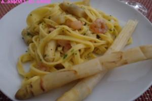 Tagliolini all uovo con asparagi e gamberetti