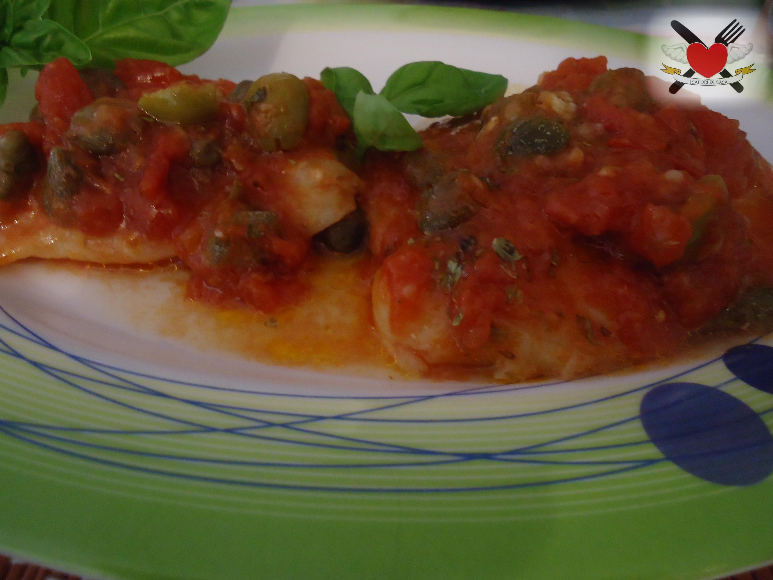 Merluzzo con sugo al pomodoro alle olive e capperi