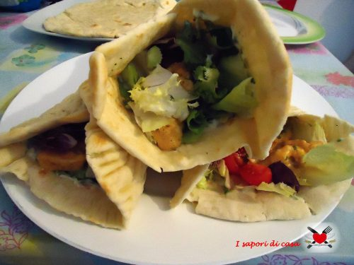 Pita greca con pollo alla paprika e salsa tzatziki