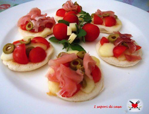 Pizzette di pancarre con speck asiago e pomodorini