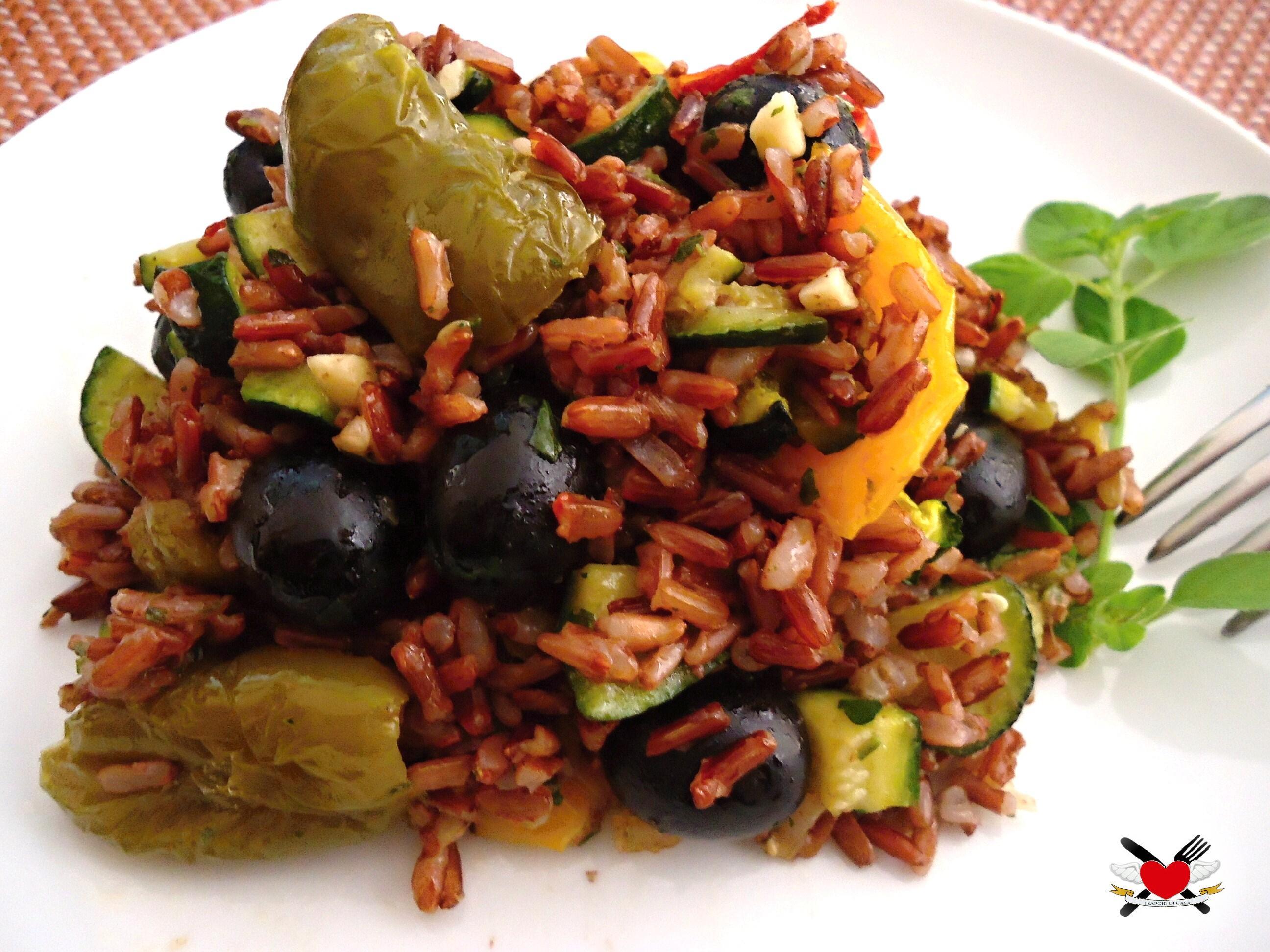 Riso rosso Thai con peperoni arrostiti zucchine e olive