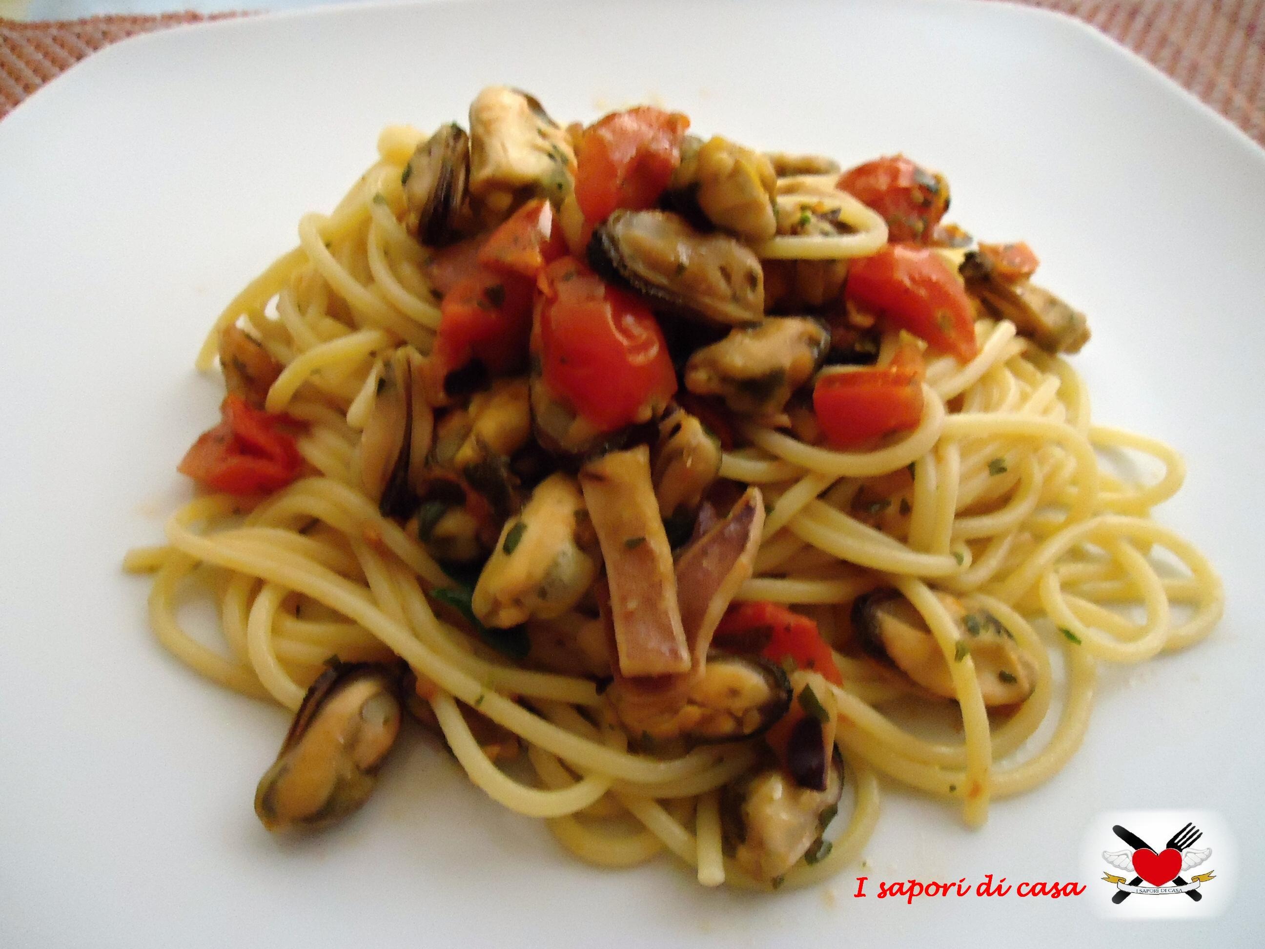 Spaghetti con cozze seppie e pomodorini