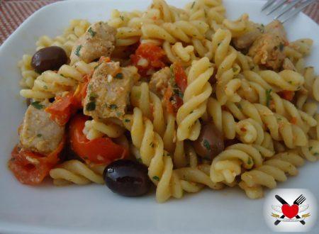 Fusilli al germe di soia con trancio di tonno pomodorini e olive taggiasche