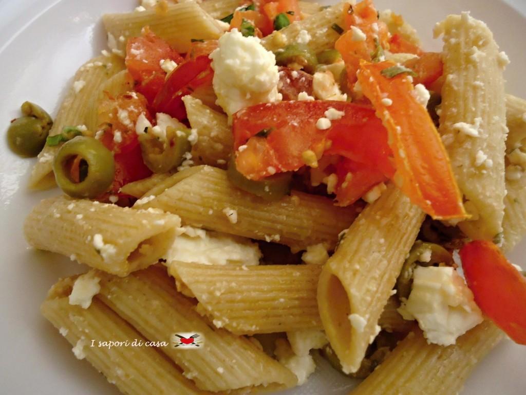 pasta integrale con feta pomodorini e olive