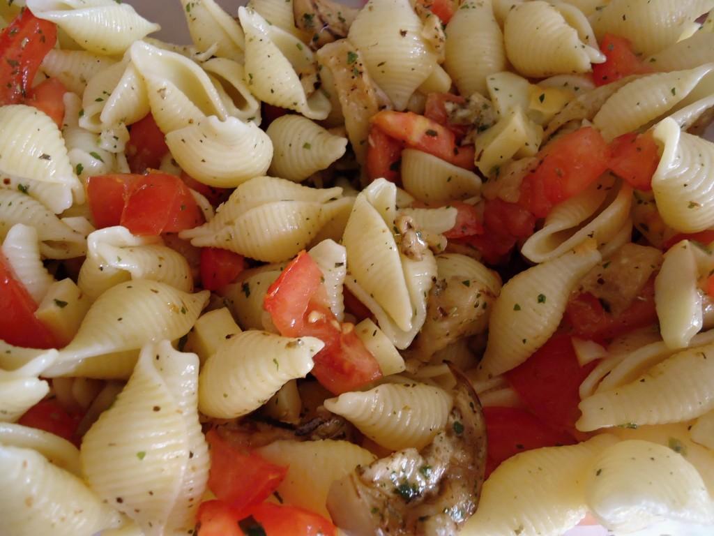 Insalata di pasta con pomodorini melanzane grigliate e scamorza affumicata