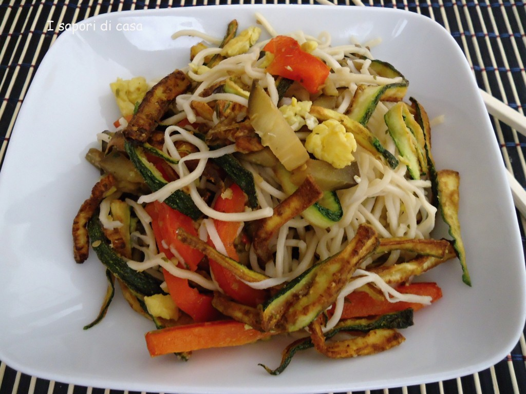 Noodles con verdure saltate e zucchine croccanti