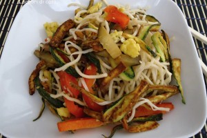 Noodles  saltati con verdure miste e zucchine croccanti