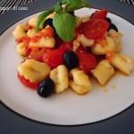 Gnocchi di ricotta spadellati con pomodorini scaglie di grana e olive nere