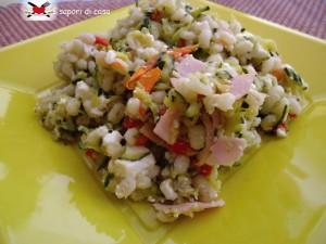 Orzo freddo con verdure saltate prosciutto cotto e mozzarella