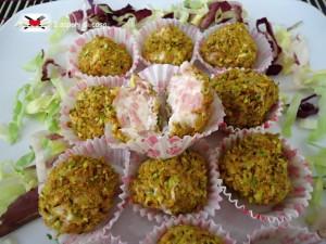 Palline fresche di formaggio con prosciutto cotto e pistacchi