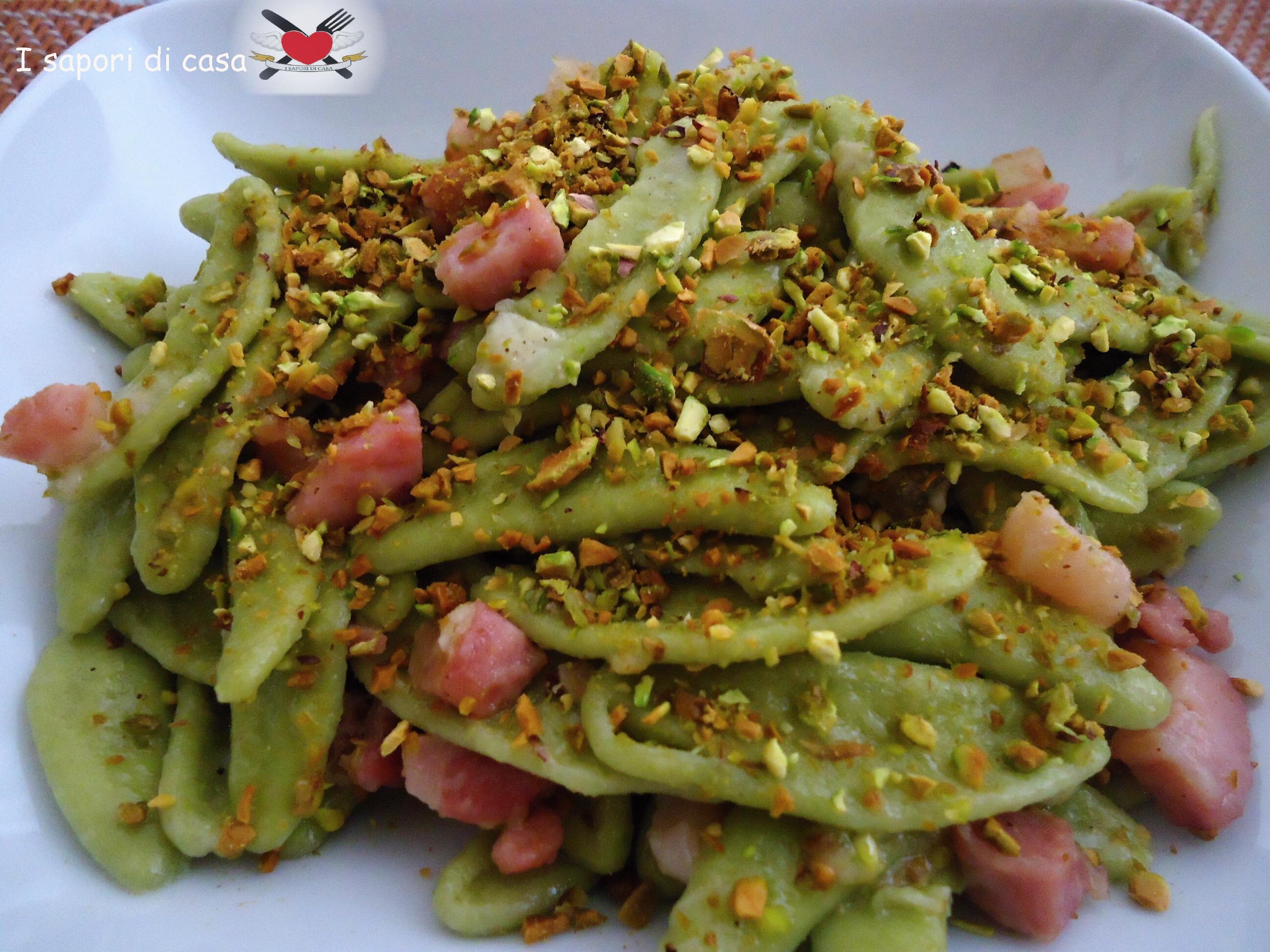 pasta saporita con pancetta e granella di pistacchi