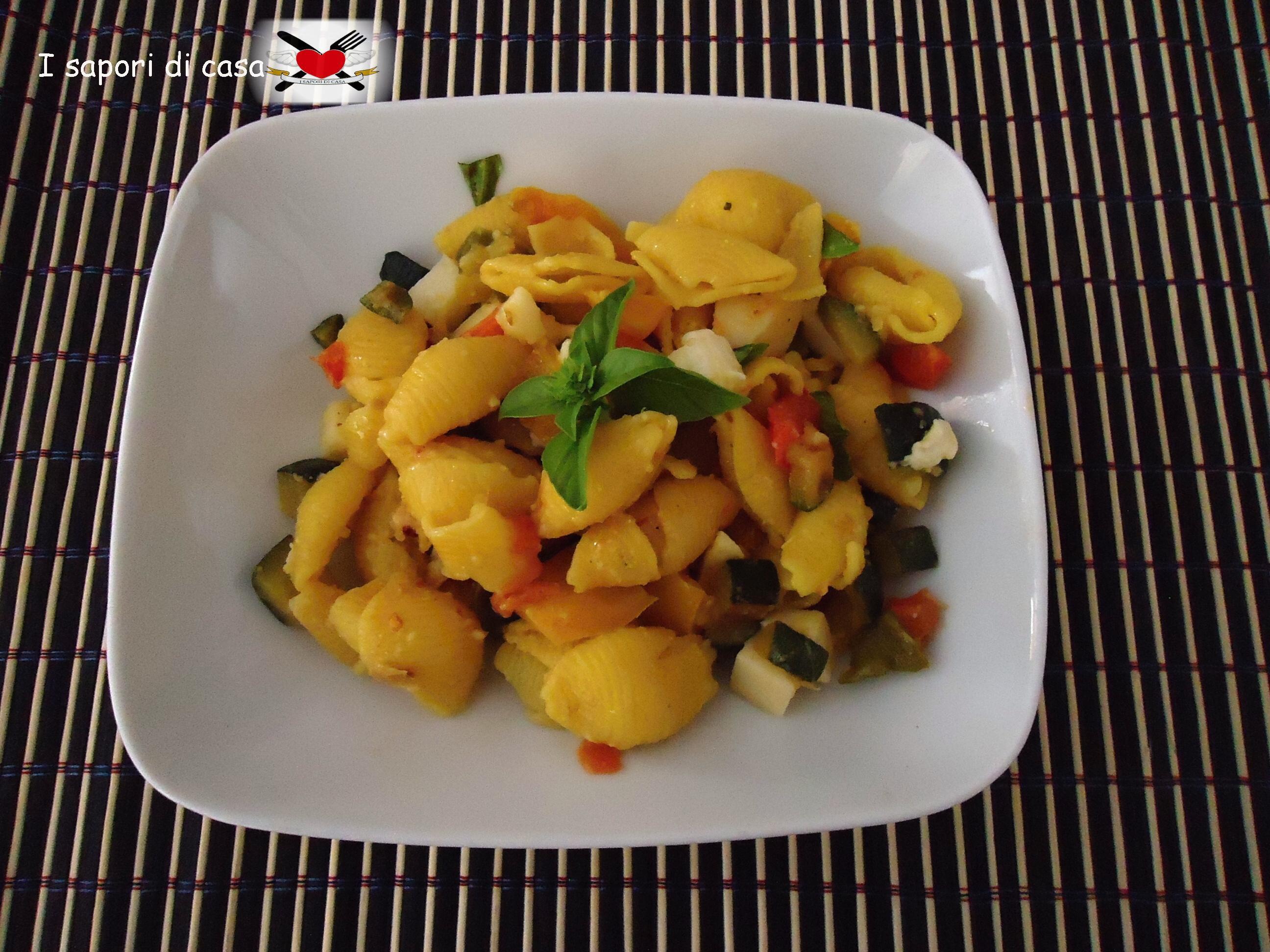 Pasta fredda allo zafferano con verdurine e formaggi
