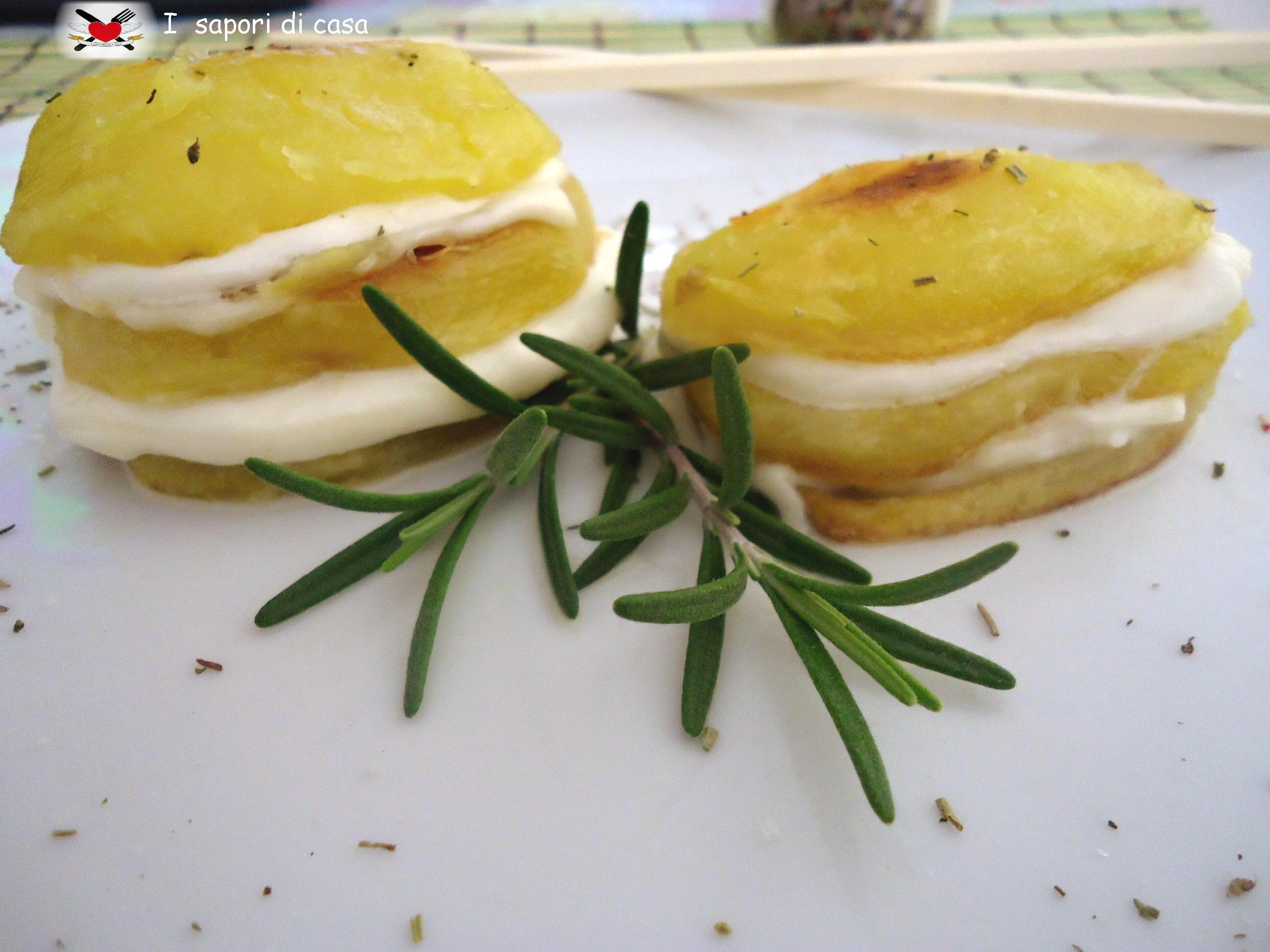 Millefoglie di patate arrosto saporite con mozzarella