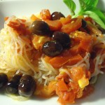 Noodles konjac saltati con pomodorini e olive