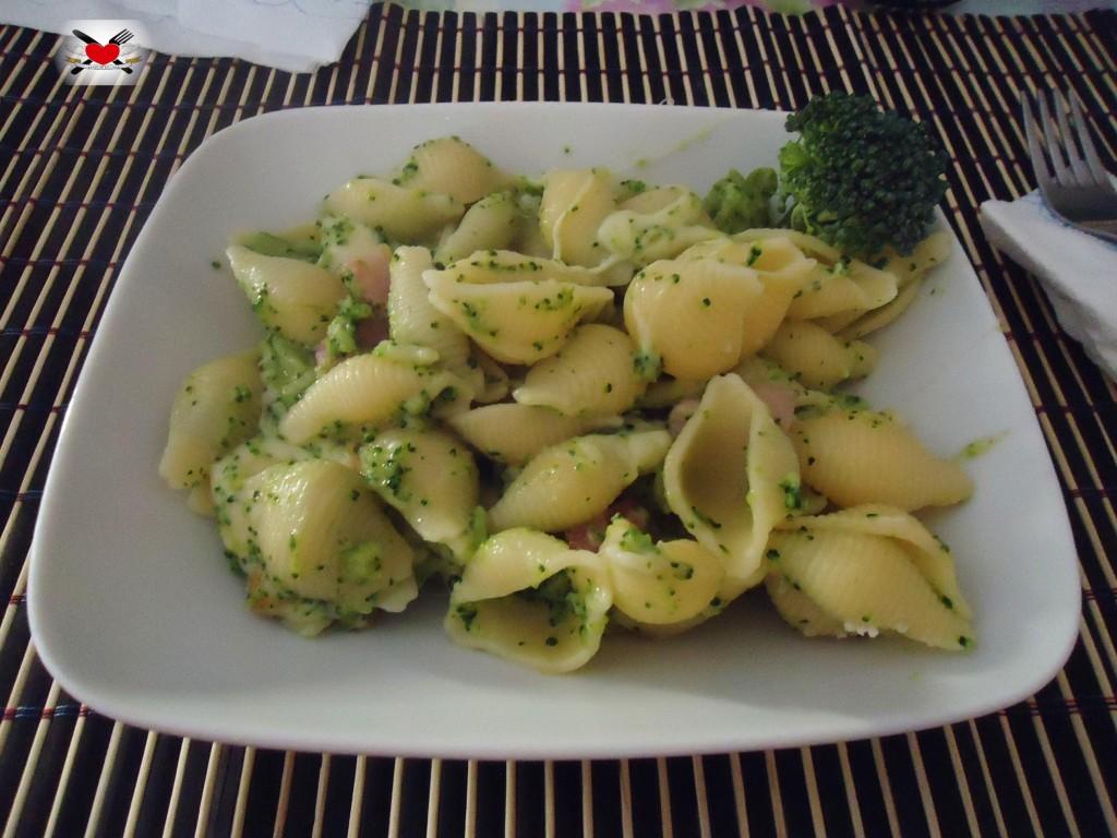 Conchiglie con broccoletti scamorza affumicata e pancetta