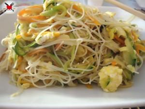 Spaghetti di riso senza cottura con verdure saltate