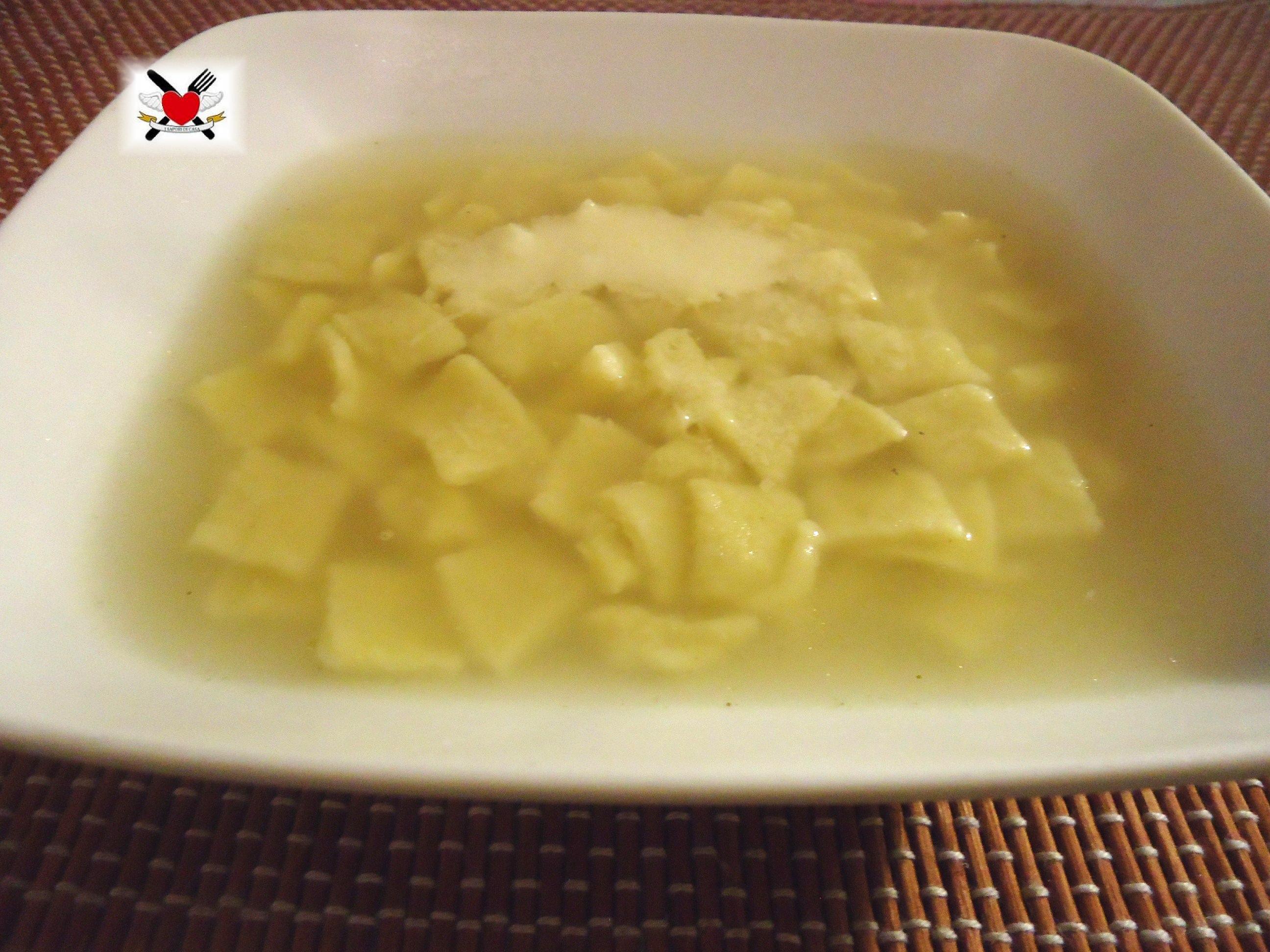 Quadrotti di pasta all'uovo in brodo - primo piatto delle feste