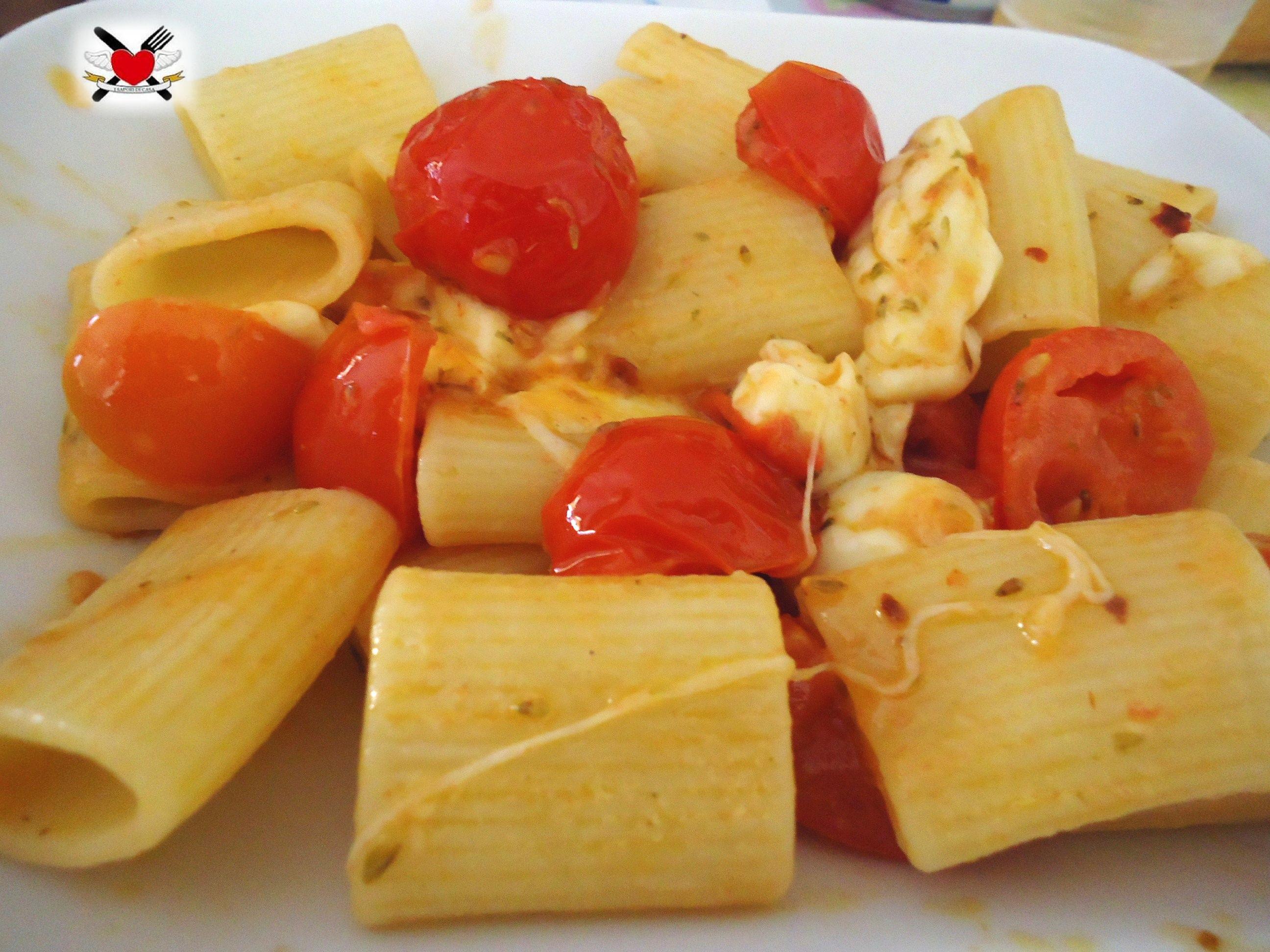 Mezze maniche con pomodorini spadellati e mozzarella