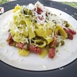 Fettuccine con piselli zucchine e pancetta affumicata