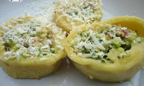 Rose di pasta all'uovo ripiene con crudo zucchine e mascarpone