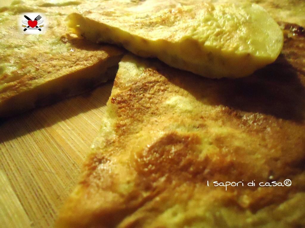 Focaccia dolce con banane e noci cotta on padella-merenda veloce