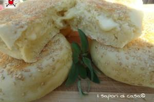 Morbidi panini al latte ripieni con formaggio filante