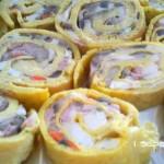 Rotolo di frittata con funghi trifolati mozzarella e prosciutto cotto
