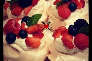 Pavlove con panna montata e frutti rossi