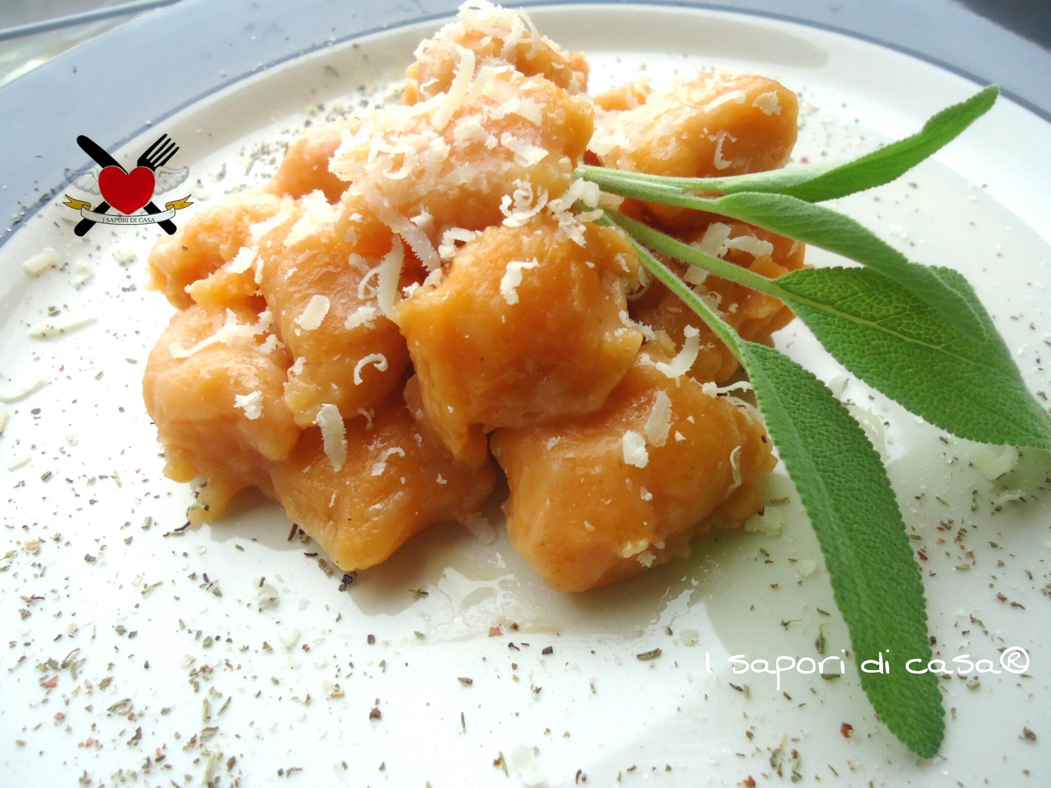 Gnocchi di farina al parmigiano e prosciutto cotto con burro fuso e salvia