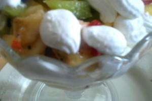 Macedonia di frutta con gelato allo yogurt e cubetti di pan di spagna