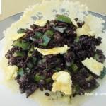 Insalata di riso nero con zucchine frittatine e salsa di soia