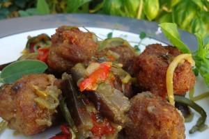 Polpette di carne su letto di verdure