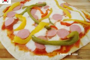 Pizza in padella con peperoni galbanino e wurstel