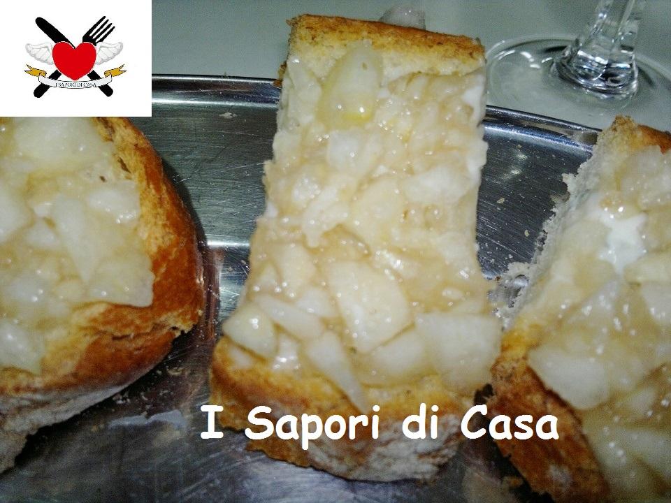 Crostoni di pane gorgonzola e pere