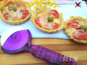 Tartellette brisè con pomodorini e scamorza