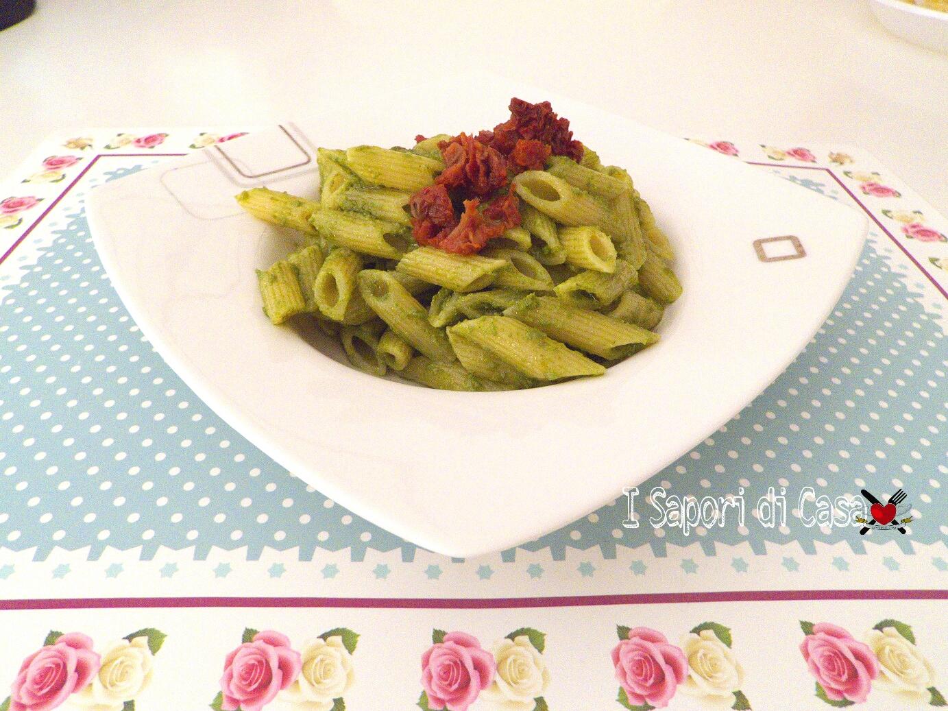 Pasta con pesto alla rucola e pomodori secchi