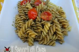 Pasta con pesto alle olive taggiasche e mandorle