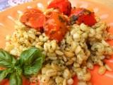 Insalata d'orzo con crema al basilico e pomodorini caramellati