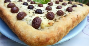Focaccia con olive e formaggio