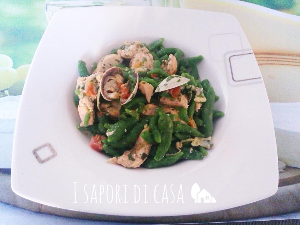 Gnocchetti verdi con vongole e salmone