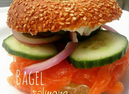 Bagel al salmone e cruditè di verdure
