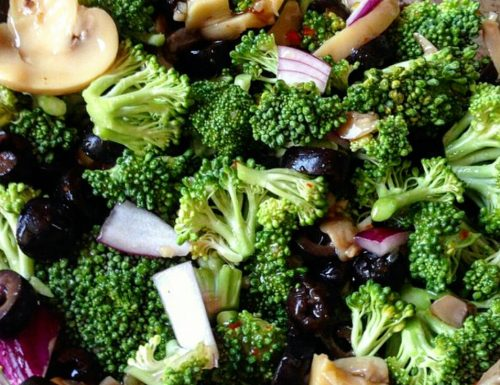 Insalata raw di broccoli e funghi